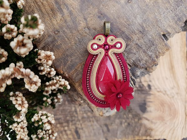wisior sutasz bordowy z materiałowym kwiatkiem