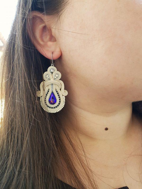 eleganckie kolczyki sutasz białe z fioletowym kryształkiem