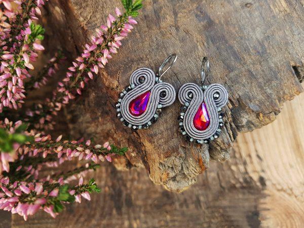 Wiszące kolczyki sutasz w szarym kolorze z różowym kryształkiem.