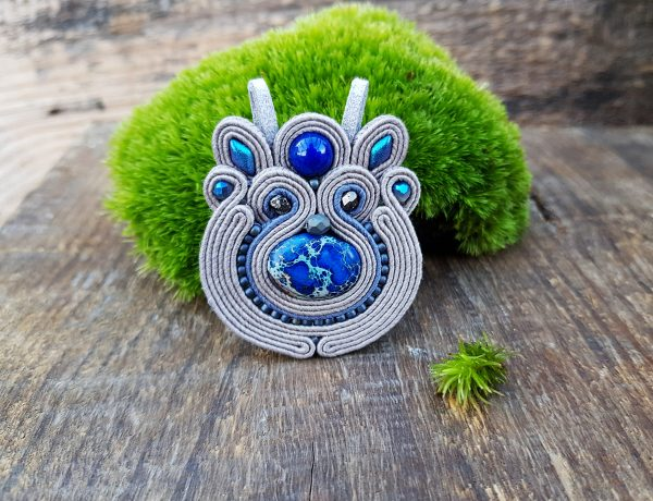 zawieszka sutasz szara z niebieskim jaspisem